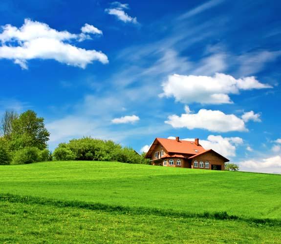 Домик на зеленой лужайке