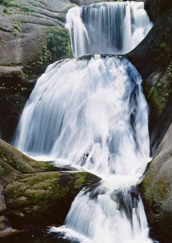 Каскадный водопад в камнях