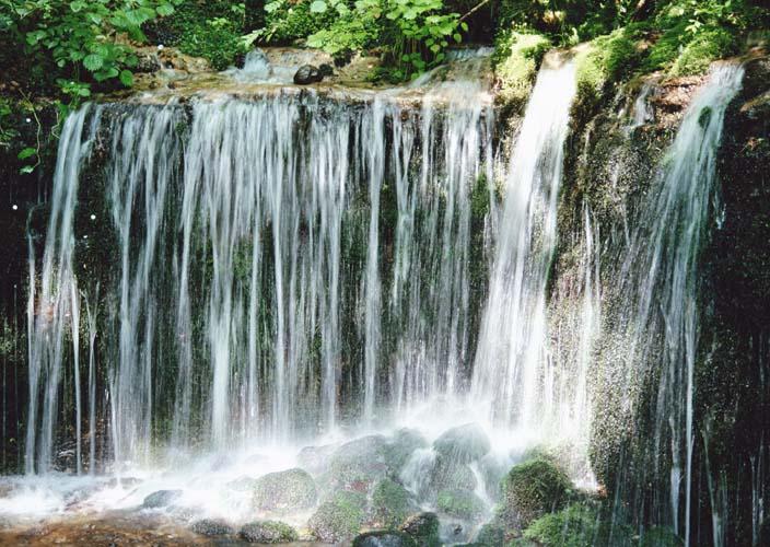 Широкий водопад с зеленью