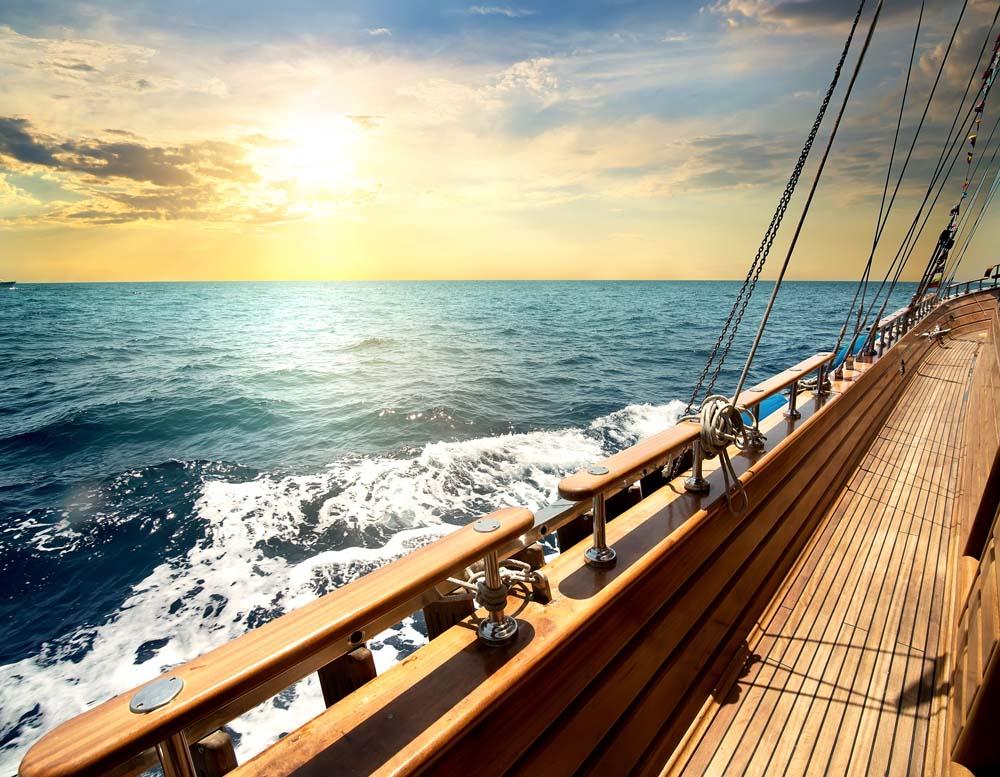 Корма яхты в море