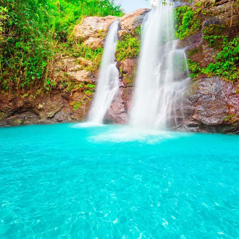 Водопад с бирюзовой водой