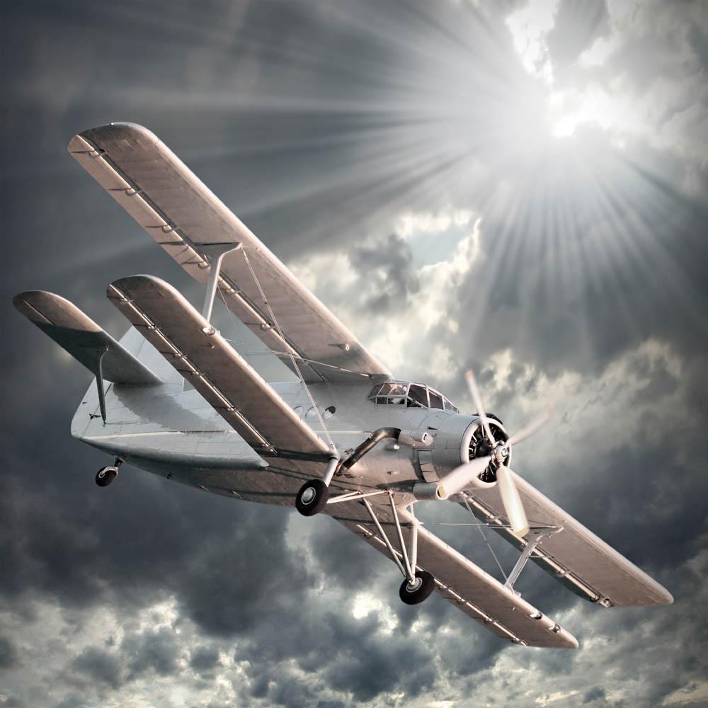 Самолет в лучах солнца