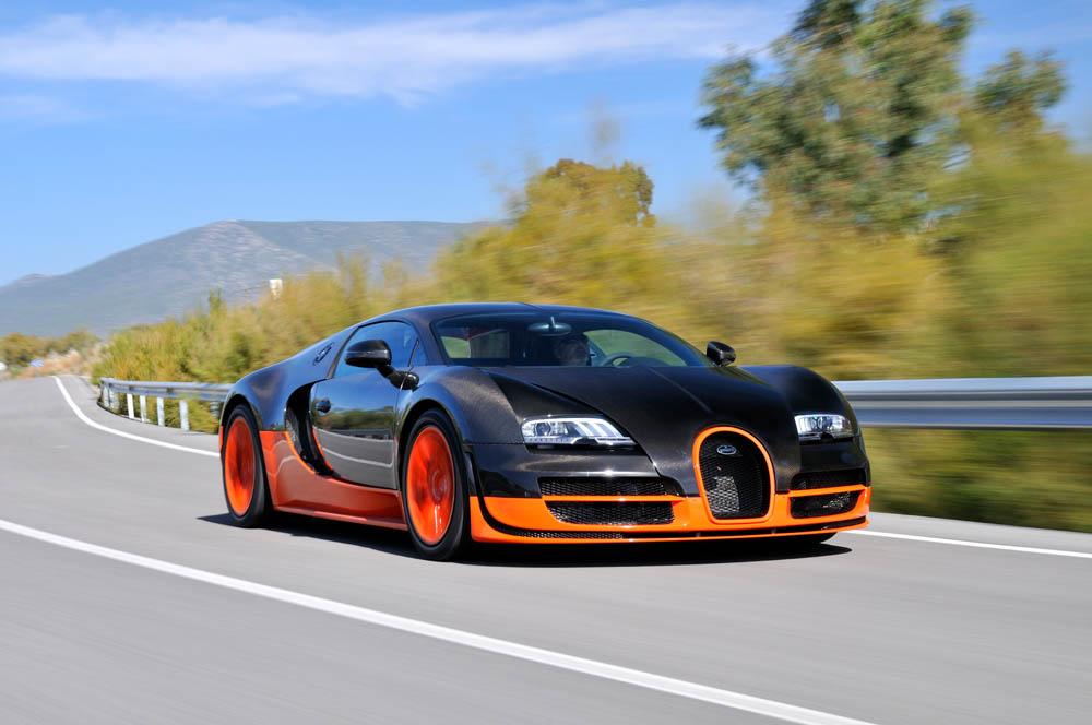 Красивая машина на трассе