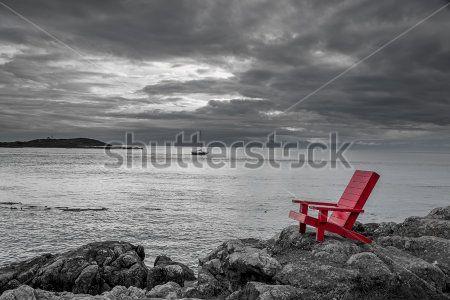 Стул на берегу